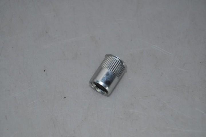 Einnietmutter M10 Stahl verzinkt mit kleinem Senkkopf und Schafträndelung